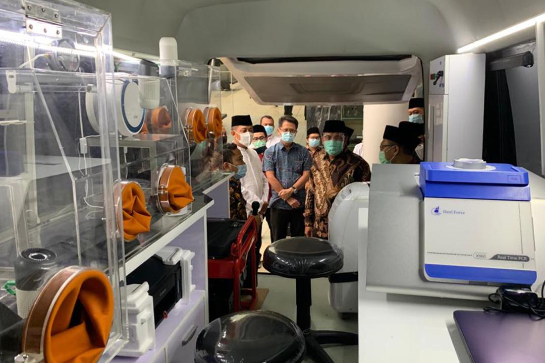 Meninjau contoh Mobile Lab PCR milik Indofarma yang rencananya akan diberikan kepada PBNU.