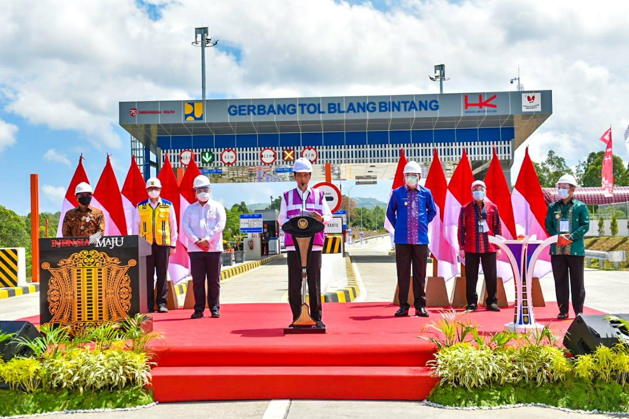 Menteri BUMN, Erick Thohir saat mendampingi Presiden Joko Widodo pada peresmian Jalan Tol Trans Sumatera (JTTS) ruas Sigli-Banda Aceh seksi 4 (Indrapuri – Blang Bintang) sepanjang 13,5 kilometer, Selasa (25/8) di Gerbang Tol Blang Bintang, Banda Aceh, NAD