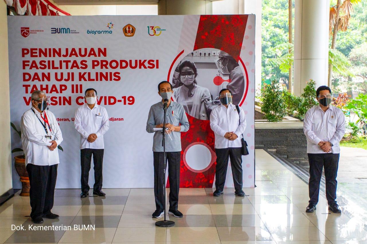 Penyuntikan kepada 20 relawan yang dilaksanakan di Fakultas Kedokteran Universitas Padjadjaran Bandung, Jawa Barat, Selasa (11/8) dan disaksikan oleh Presiden RI, Joko Widodo