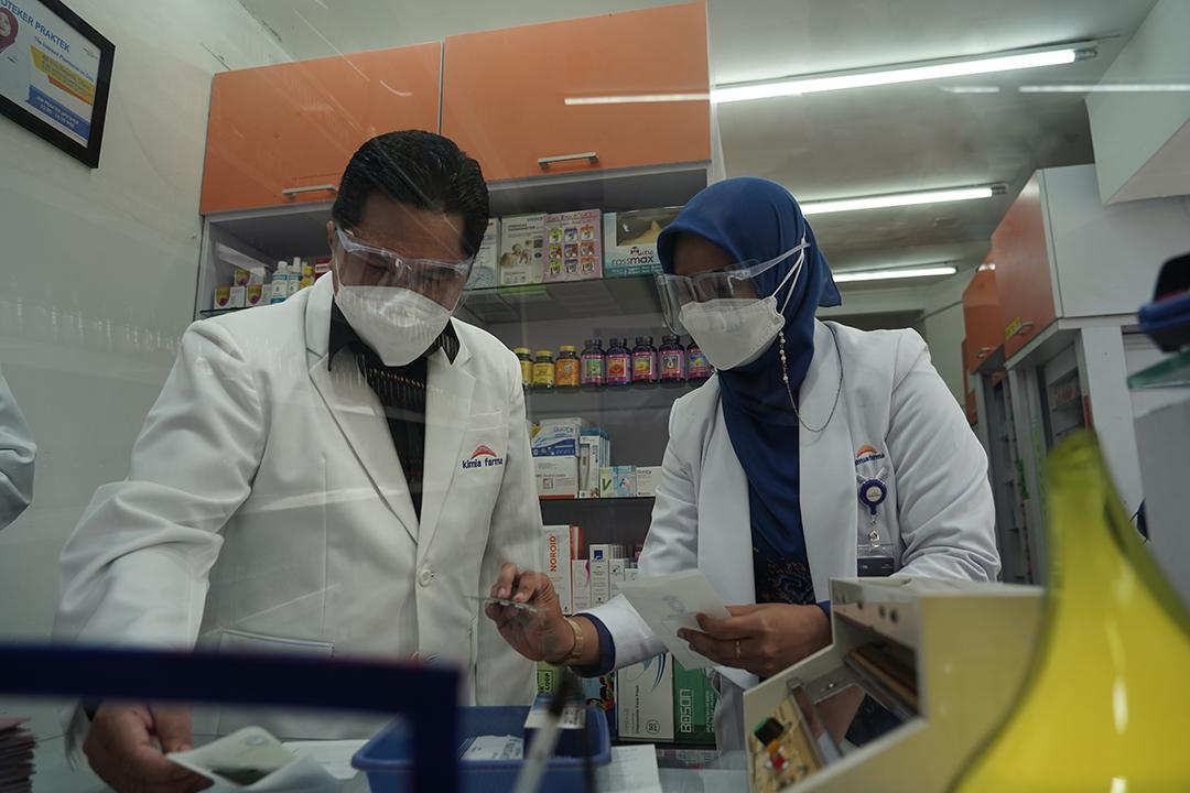 Menteri BUMN @erickthohir saat melakukan pengecekan di apotek Kimia Farma yang terdapat di wilayah Depok, Jawa Barat, Sabtu (4/9).