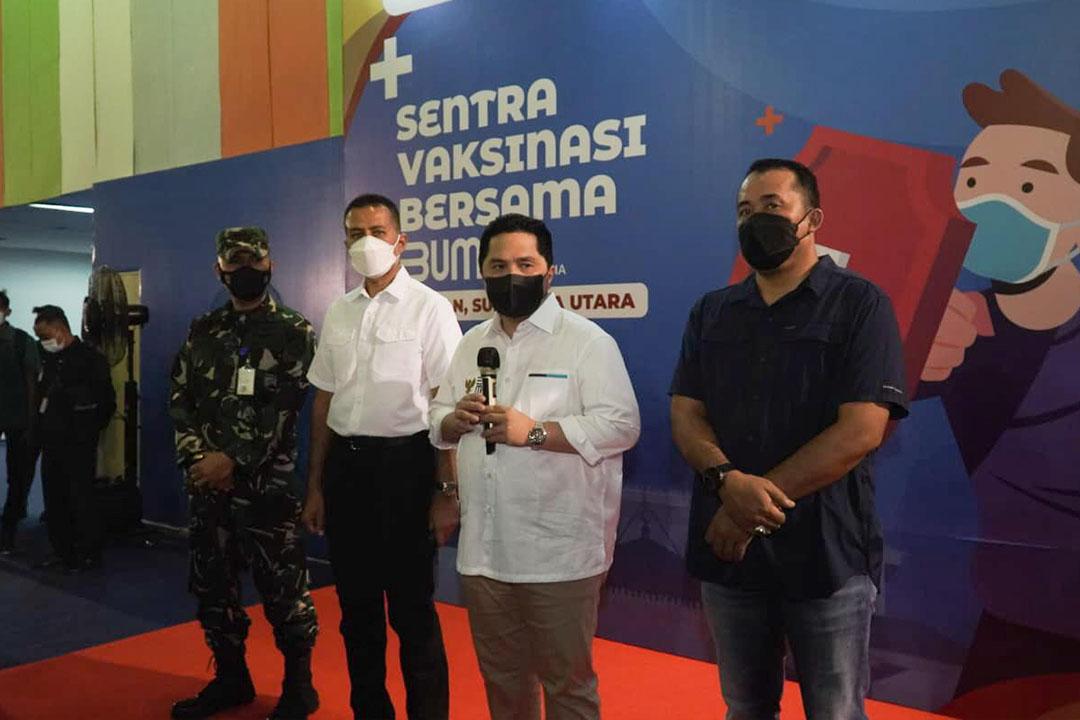 Menteri BUMN Erick Thohir bersama Menteri Perdagangan Muhammad Lutfi, Wakil Gubenur Sumatera Utara Musa Rajekshah dan Staf Khusus III Bidang Komunikasi Arya M Sinulingga meninjau Sentra Vaksinasi Bersama BUMN yang ada di Medan