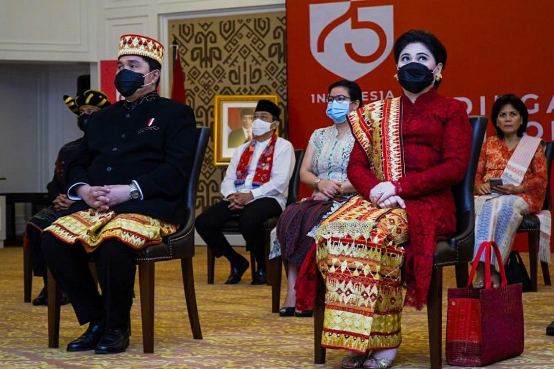 Menteri BUMN bersama Wakil Menteri BUMN beserta jajaran Eselon 1 Kementerian BUMN saat mengikuti upacara HUT ke-75 Republik Indonesia