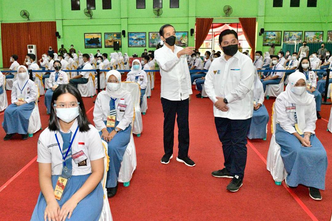 Presiden Joko Widodo bersama Menteri BUMN Erick Thohir mengawali kunjungan kerjanya di Provinsi Lampung dengan meninjau langsung program vaksinasi Covid-19 untuk masyarakat di Politeknik Kesehatan (Poltekke