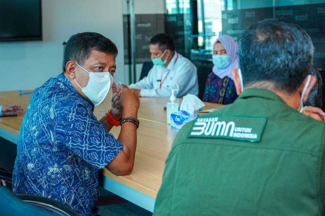 Menteri BUMN melalui Yayasan BUMN Untuk Indonesia memberikan bantuan berupa 1 juta masker medis 3 ply kepada Menteri Dalam Negeri di Gedung Kementerian BUMN