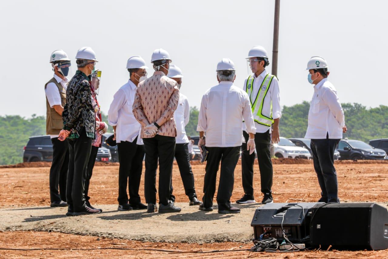 Menteri BUMN, Erick Thohir mendampingi Presiden Joko Widodo untuk meninjau Kawasan Industri Terpadu (KIT) Batang, Jawa Tengah