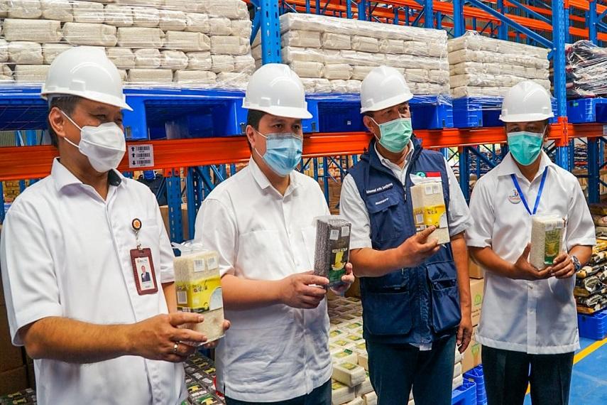 Jelang Lebaran, Menteri BUMN Sidak ke Gudang Bulog di Bandung
