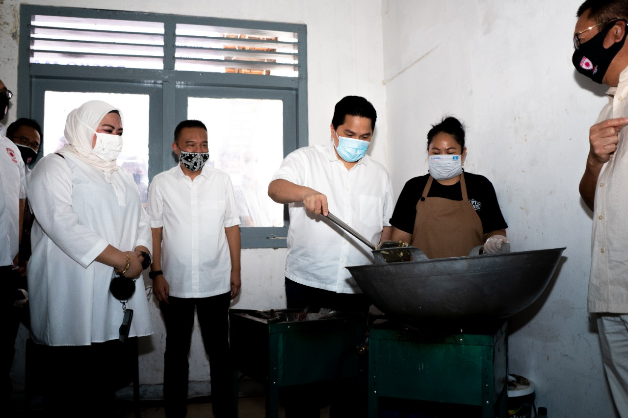 Erick Thohir Kunjungi Posko Masak Bersama Satgas Lawan Covid-19 DPR